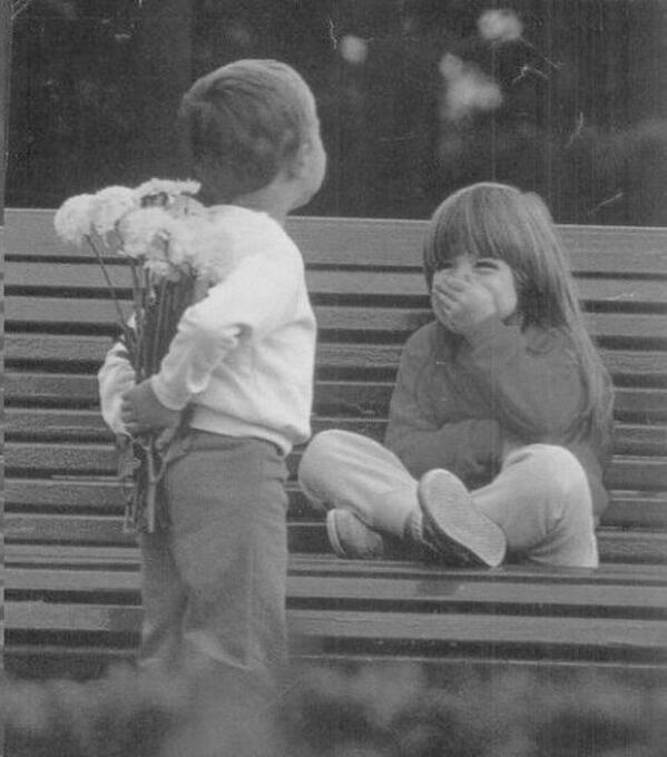 A little boy has a surprise for his girlfriend! pic.twitter.com/T3vR3XPJuG