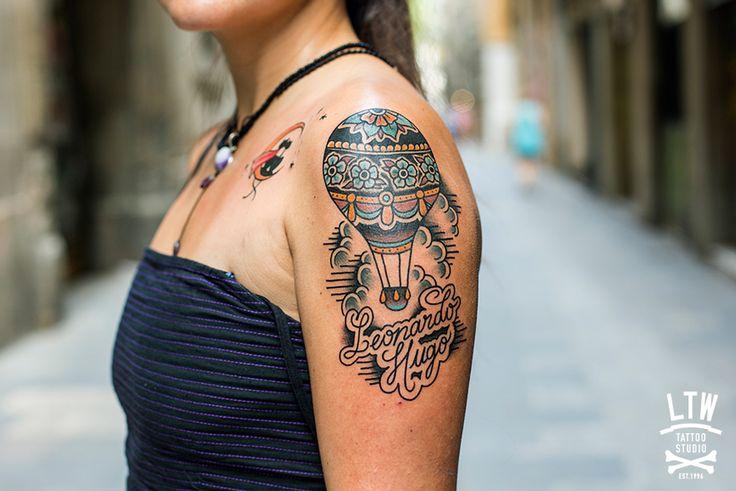 Dos tatuajes de Norte, globo aerostático y gatos en la luna.