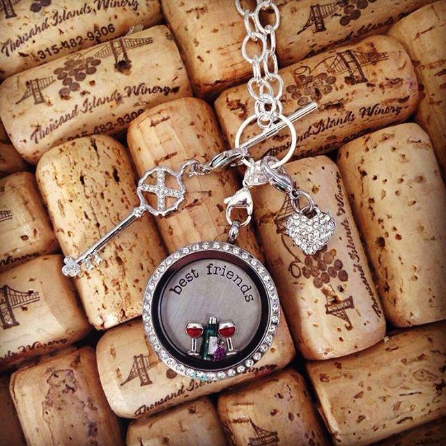 Feliz dia dos amigos! Um brinde a eles, que sempre estão ao nosso lado compartilhando das histórias e momentos de nossas vidas <3 #medalhões #charms #pingente #amizade #bff #histórias #momentos #vida #colar #pulseira #lifesecrets #parasemre #bestfriends #melhoresamigas #banilla