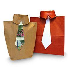 Kravattipaketti isänpäivälahjalle  Tarvitset paperisen kauppakassin, sakset, liimaa, teippiä ja kartonkia kravattiin. Leikkaa paperikassista kahvat irti ja kassin molempaan yläreunaan 10–15 cm:n halkiot paidan kauluksiksi. Leikkaa kartongista kravatti ja maalaa siihen kuvioita vaikka sormiväreillä.  Liimaa kravatti kassin yläreunaan halkioiden väliin.  Laita seuraavaksi isänpäiväkortti ja -lahja kassiin. Tee myös kortti itse! Lopuksi taita paidan kaulukset ja teippaa ne yhteen, älä käytä…