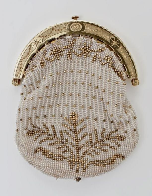 1806 - Beugeltas with gold handle and bag of white and gold beads