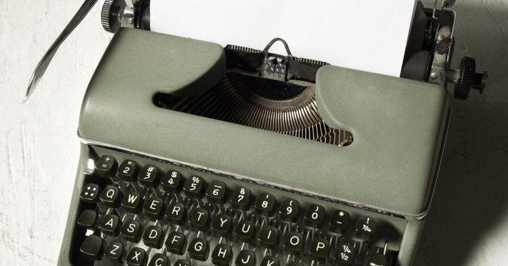 Las ventajas de una máquina de escribir manual. Mucho antes de la llegada de las computadoras e incluso máquinas de escribir eléctricas, se utilizaron máquinas de escribir para comunicarse. Puedes elegir entre, las máquinas de fundición pesadas con tipografías antiguas a las más elegantes, modelos que eran ligeros y portátiles. Una máquina de escribir manual puede ser satisfactoria de usar, ya ...