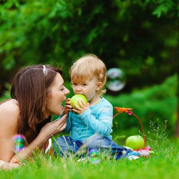 matka z dzieckiem bawiące się na trawniku