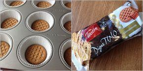 Tvarohový cheesecake s povidly a skořicí, krok 2: Tvaroh a zakysanou smetanu společně promixujte (mixér, tyčák, food processor) do hladké krémové konzistence. Přendejte do mísy, přidejte cukr se skořicí a šlehačem na nižší otáčky dobře prošlehejte.  Přidejte vejce, jedno po druhém, každé dobře zašlehejte. Po celou dobu šlehejte pomalu, aby se do směsi nedostalo příliš vzduchu. Základem úspěchu je také stejná pokojová teplota všech surovin, proto si je předem včas vyndejte z lednice.