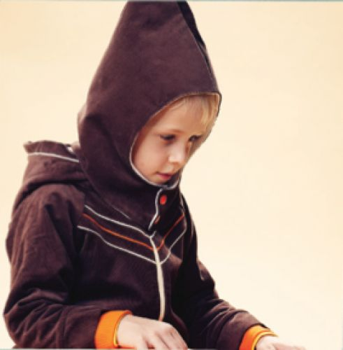 Bailey zipper jacket is made in soft and durable corduroy.   The orange and cream pipings, the orange rib at the sleeves and the crisp yellow lining in the hood, characterize the hood.