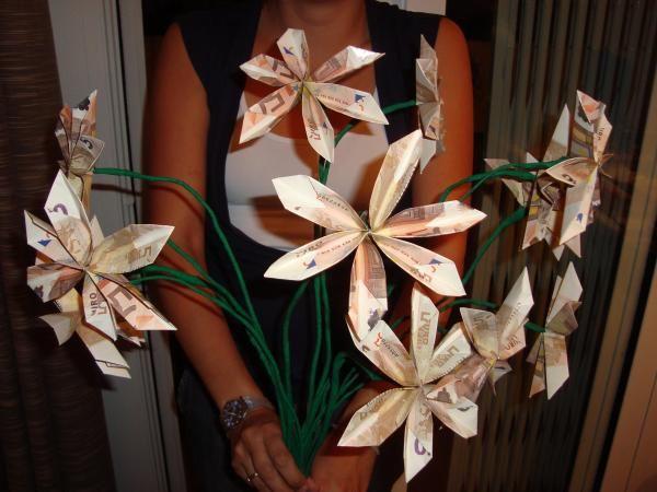 Cómo hacer un ramo de flores con billetes. ¿Quieres regalar dinero de alguna forma especial para una boda, cumpleaños o alguna otra celebración? Lo más fácil sería ingresar el dinero directamente en una cuenta o meterlo en un sobre. Pero, hay ...