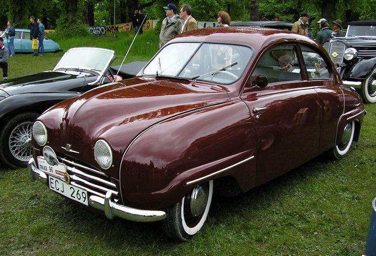 Sixten Andersson ja Gunnar Ljungström saivat tehtäväkseen suunnitella pienen henkilöauton tuotantoa. Mellde vastasi moottorin kehittelystä ja Sason muotoilusta. Tuohon aikaan toisella kotimaisella Volvolla oli mallistossaan vain suuria autoja, joten suunnittelusta vastannut kolmikko päätti hyödyntää Ruotsissa suositun DKW:n pientä henkilöautoa yhtenä esikuvanaan Kolme vuosikymmentä Saab 92:n muodoilla!