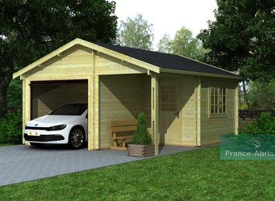 Des larges portes, du bois de sapin du nord pour ce garage à double pente qui bénéficie d'un appentis à l'abri et d'un espace réservé au rangement!