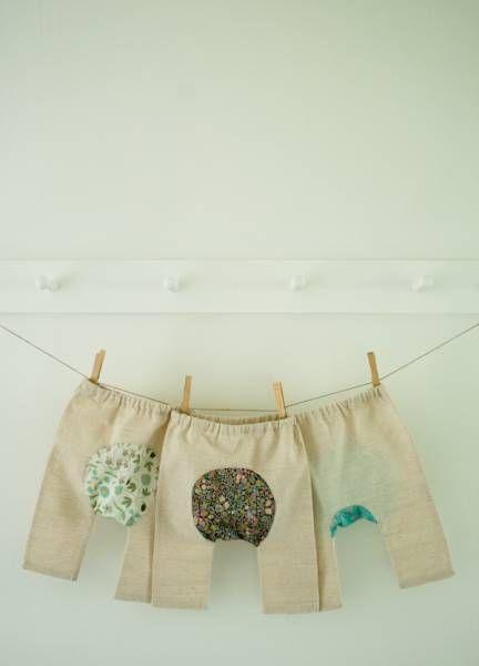 crédit photoPurl Bee  Un gousset, c'est une pièce de coton ou de soie, placée à l'entrejambe, qui permet de porter le collant à même la peau. Dans le cas de ces adorables pantalons pour bébé, c'est la pièce également située à l'entrejambe: elle apporte un chouette contraste sur un pantalon très simple et sobre (ici en lin naturel). Le patron est disponible en 3 tailles : 0-3 mois; 3-6 mois et 6-9 mois. Vous pourrez le télécharger sur le blog de Purl Bee. Le gousset n'est pas rajouté tel un…