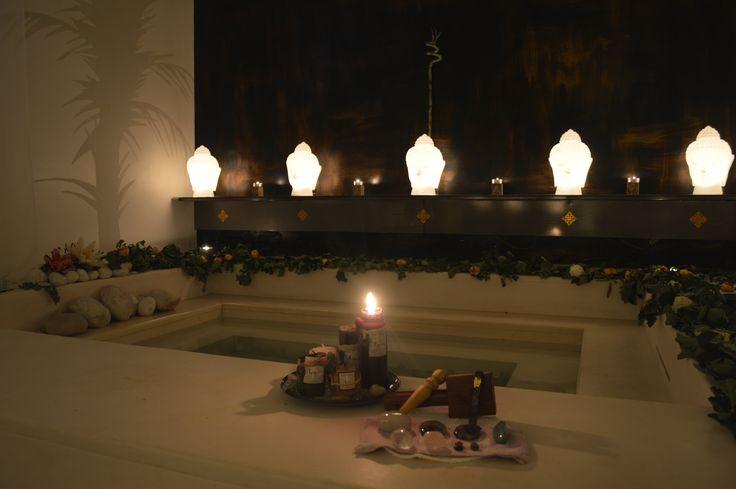 Il Bagno Cerimoniale. Un ambiente Thai suggestivo, una vasca in cui immergersi e lasciarsi andare tra i profumi d'Oriente, petali di rosa e acque benefiche e rigeneranti.    #lareservehotelterme #abruzzo #spa #centrobenessere #termalismo #thai #trattamentibenessere