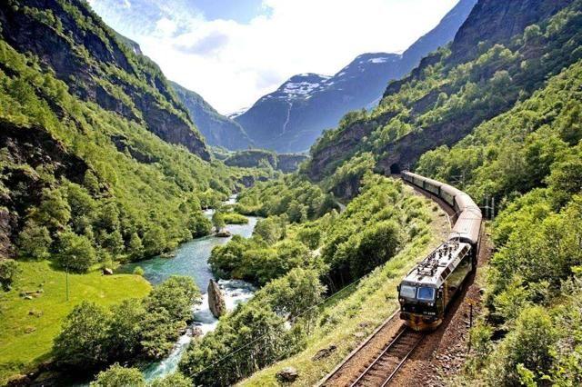 """FLAMSBANA (NORVEGIA) – Il National Geographic l'ha inserita tra i dieci viaggi più belli da fare in Europa mentre la Lonely Planet l'ha indicata come """"Il più bel viaggio in treno al mondo"""" nel 2014. La Flamsbana è la linea ferroviaria che collega Myrdal e Flåm, nel fiordo di Aurlandfjord. Per i passeggeri la vista è magnifica: fiumi che tagliano gole profonde, cascate roboanti, montagne innevate e fattorie arroccate sui pendii scoscesi"""