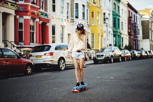 Moda skate. Fonte: http://blogs.diariodonordeste.com.br/desenroladas/estilo-2/os-skates-coloridos-invadem-na-moda/