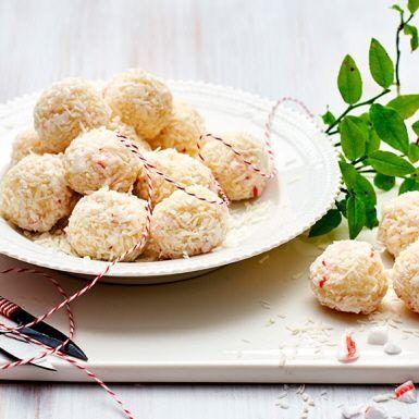 De bästa snöbollarna är inte de man kastar, utan faktiskt äter upp. Detta recept är lika enkelt som smaskigt och perfekt som julgodis. Hemligheten med dessa snöbollar är kondenserad mjölk som blandas med kokos. Garnera bollarna med krossad polkagris eller annan karamell du gillar.