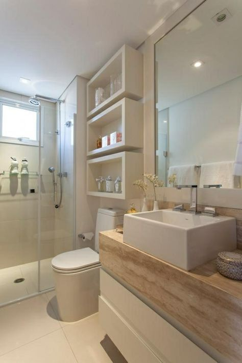 Wandregale und Unterschränke bringen Stauraum in kleine Badezimmer. #smallbathr…