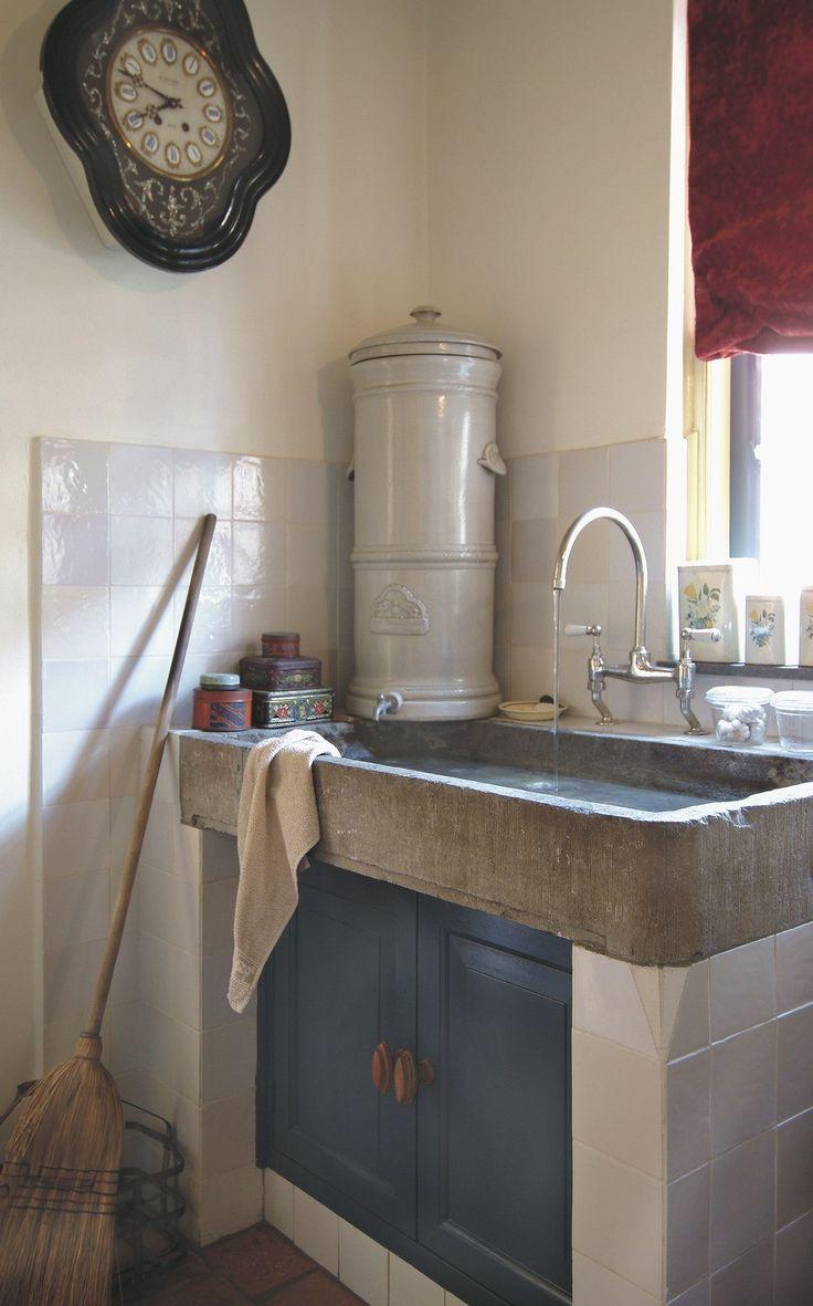 blauwe keukenkastjes en pomp