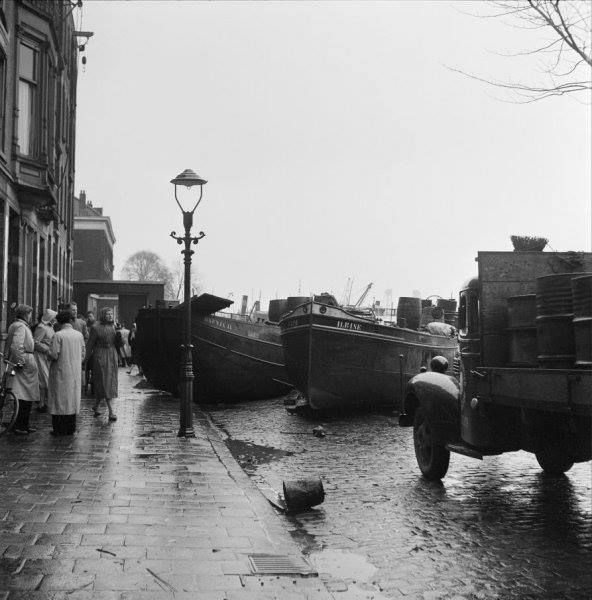 Binnenvaartschepen zijn op kade terechtgekomen door watersnoodramp, Rotterdam (1953
