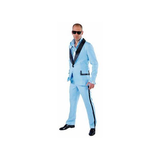 Lichtblauwe smoking voor heren. Lichtblauwe smoking met zwarte revers. Het kostuum is gemaakt van polyester en heeft een normale pasvorm.