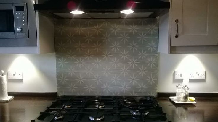 The Smiths chosen hob splashback, tailored to their colours to match the soft furnishings in their kitchen diner