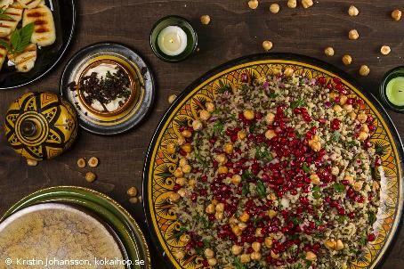 Recept - Persisk bulgur med yoghurt och lökströssel. En vegetarisk sallad med linser och bulgur som bas. #vegetariskt #sallad