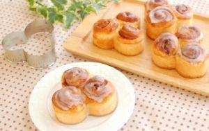 「シナモンロール【No.209】」※三色パン型 4個分シナモンの甘い香りが人気の定番の菓子パンです。 小さな渦巻きを3つ合わせて3色パン型で焼いてみたら、とてもかわいい雰囲気になりました。【楽天レシピ】