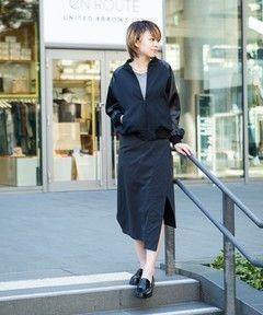 --EN ROUTE | ENR アシンメトリースリットスカート-- EN ROUTE(アンルート) オリジナルコレクションシャープなアシンメトリーラインの辛口スカートナイロンオックスを使用したラップ風デザインスカート。シワ感を残したコットンライクな素材をアシンメトリーなスリット入りデザインに仕上げることでよりシャープで辛口な雰囲気に。また歩いた際に足が見えすぎないよう打ち合いを深くするといった細やかな気配りもデザインに反映しています。着脱用のファスナーを身体の左横に合わせた着方も可能なので、少し雰囲気を変えたい際にアレンジも可能。シンプルなシャツやTシャツに合わせるだけでも存在感のあるスタイリングを実現できる、ワードローブに是非揃えておきたい一枚です。店舗へお問い合わせの際は、全国のEN ROUTE 各店舗まで下記の品名/品番をお申し付け下さい。品名:ENR NY OX ASYM SK 品番:7224-162-0176