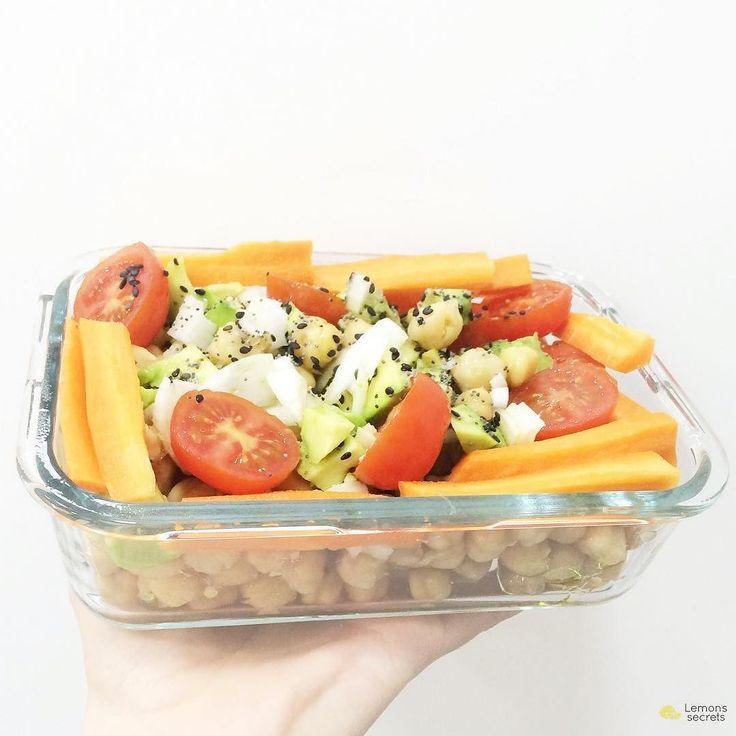 Vamos a preparar el #LemonsTUPPER para mañana en 10 minutos! Las legumbres son geniales para llevar en #tupper la clave es tenerlas ya hechas o comprarlas ya hechas y es enjuagarlas con agua escurrir y servir en el tupper. Y cómo no acompañarlas con delicias cortadas en un momento como #cebolla cruda #aguacate #zanahoria cruda y #tomatecherry todo aliñado con #AceitedeOlivaVirgen #limón y semillas de #sésamo (#blacksesam) combinación espectacular! Así da gusto ser estudiante y quedarse a…