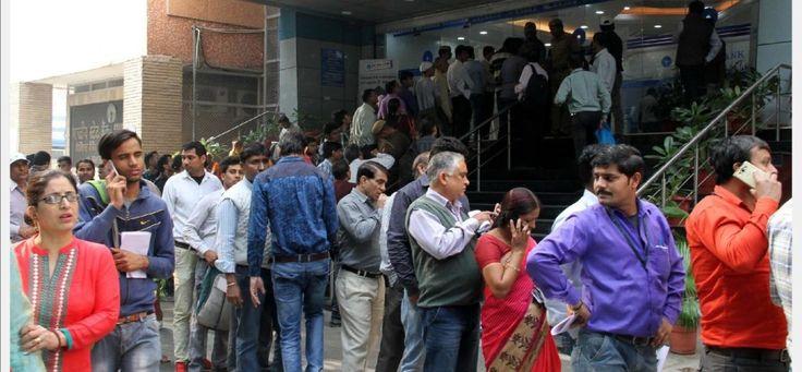 बड़े नोटों का चलन बंद होने से लोगों को हो रही दिक्कतों और बैंकों में लगी लंबी कतारों को देखते हुए सरकार ने नोट बदलने की सीमा 4000 रुपये से बढ़ाकर 4500 रुपये कर दी है। इसके अलावा एटीएम से प्रतिदिन 2000 रुपये की निकासी सीमा भी बढ़ाकर 2,500 रुपये कर दी गई है। सरकार ने बैंकों को निर्देश दिया है कि साप्ताहिक निकासी सीमा अब 20 हजार के बजाय 24 हजार रुपये रखी जाए।
