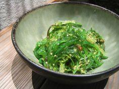 Dit zeewier salade recept is een gezond Japans gerecht. Het is een duurzaam gerecht dat vol zit met voedingsstoffen zoals vezels, vitaminen en mineralen zoals ijzer. Zeewier salade is niet iets wat iedereen direct lekker vind, maar het is zeker het...