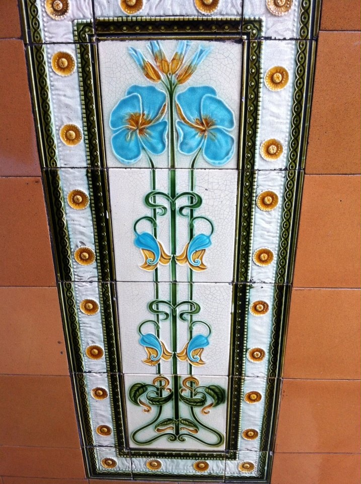 Ah Glasgow, you never fail to surprise me with your wee hidden gems - art nouveau wall tiles in west end tenement close x