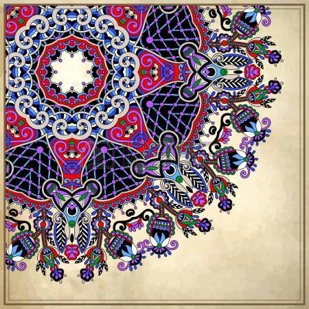 Дизайн круга цветов на фоне гранж с кружевными орнаментами.  Украинский узор на старом старинные бумаги фона фото