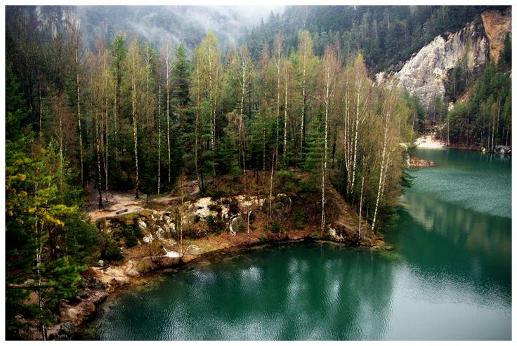Warto wybrać się na spacer dookoła jeziora, gdyż widoki są niesamowite, a ich żywa kolorystyka zachwycająca.