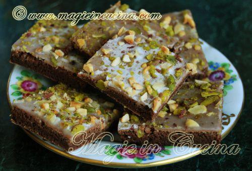 Cioccolato & Pistacchio, un'accoppiata alla quale è impossibile resistere! http://www.magieincucina.com/ricette-dolci/pasticcini-al-cioccolato/