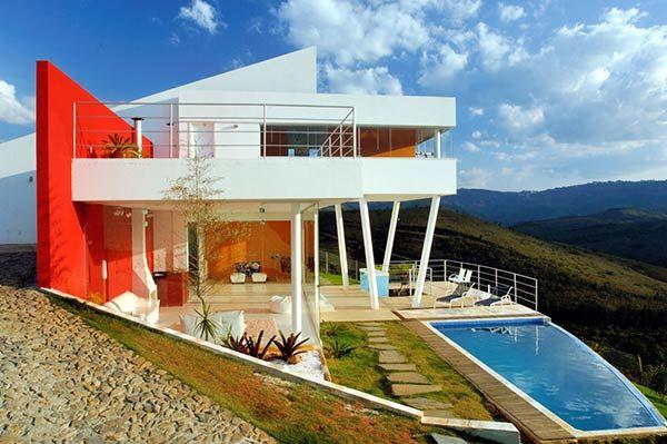 Esta casa de montaña contemporánea utiliza una fuerte influencia de la arquitectura colonial portuguesa . Construido en tres niveles, el diseño único permite un uso elegante y funcional del terreno.