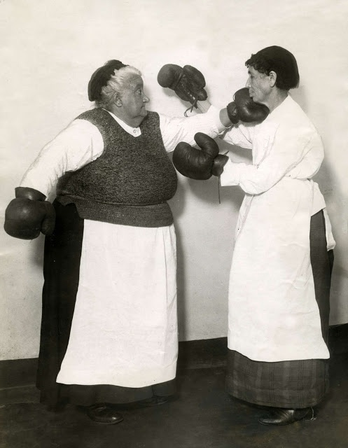 vintage everyday: Boxing of older ladies with an apron in 1925