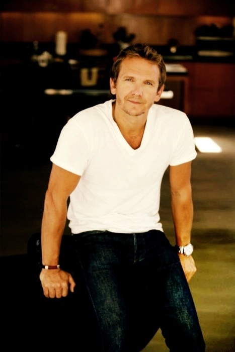 Sebastian Roche looks sooooo hot in this pic! ;)