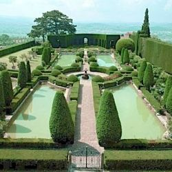 Thinking of an Italian destination wedding? Check out vendors, venues and info on Florence and Tuscany! Photo: Villa Gamberaia.