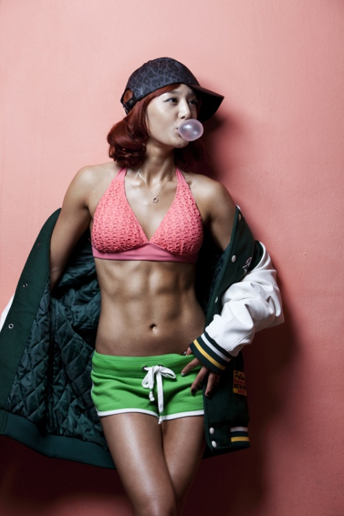 """Female Shawn Lee"" Eunjoo Oh reveals her perfect abs"
