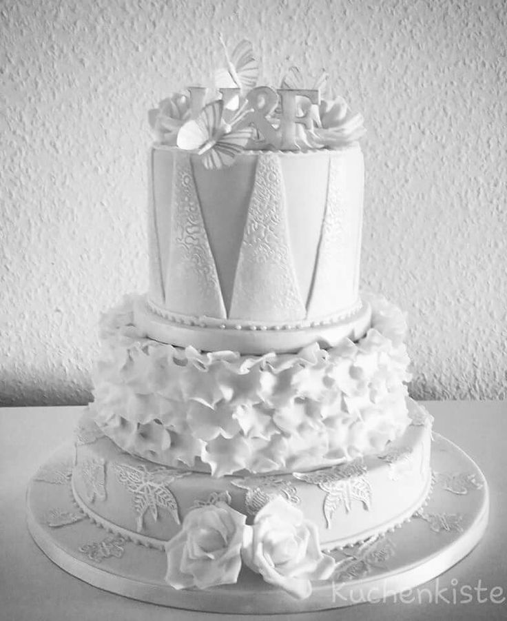 #weddingcake #weddingcakes #whitewedding #white #love #ruffles #butterflies #rose #roses #pearls #oreocake #carrotcake #newyorkcheesecake