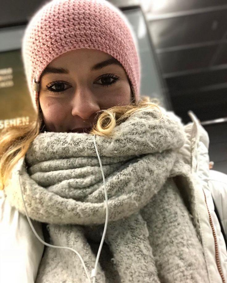 Schönen Dienstag ihr Süßen  & nochmal vielen Dank an @chefrockerdesigns für diese tolle Mütze  kann ich nur weiterempfehlen  #me#girl#fashion#fashionblogger#style#stylish#winter#cold#cozy#mütze#fitchick#likeforlike#fitgirl#motivation#isilifts#girlswholift#fitnessjourney#fitnessddict#gym#gymgeneration#gymlove#gymlife#ootd#potd#leipzig#hamburg#student#happyme
