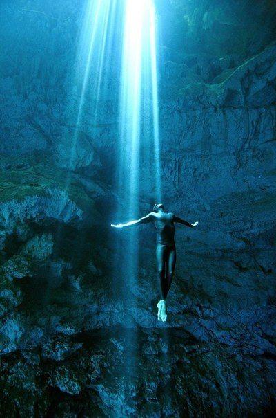 Фридайверы Кристина и Эусебио Саенс де Сантамария, также известные как One ocean One breath, исследуют океаны и другие крупные водоемы по всему миру, ныряя глубоко вниз на одном вдохе. Ребята не просто погружаются в бескрайние глубины воды, но также снимают свои рискованные подводные приключения на камеру.