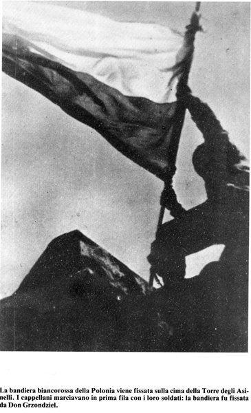 Bologna 21 aprile 1945. Un soldato polacco sventola la bandiera della sua nazione sulla torre Asinelli.