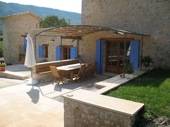 """Wohnfläche ungefähr 220m2 + 80m2 Terrassen. Das Haus einschliesslich des Taubenturms ist für 8 Personen vorgesehen. Die Heizung und Kühlung des Hauses erfolgen per Wärmepumpe. Beheiztes Schwimmbad (6m x 15m) mit Gegenstromanlage, Wasseraufbereitung ohne Chlor durch """"Bio-UV"""". Auf der Terrasse zwischen Haus und Schwimmbad findet man einen grossen Gartentisch, Bank, Stühle und Grill."""