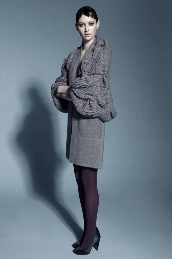Návrhářka lisa T z Hong Kongu je potomkem anglicko-čínských rodičů, díky čemuž může v životě i tvorbě čerpat z obou tak rozdílných kultur. Jako mnozí jiní studovala i ona v Londýně a o jejích kvalitách svědčí také to, že po studiích dostala příležitost stát se asistentkou světoznámého módního návrháře Issey Miyake. I ona našla zalíbení v plastických vzorech, vytvářejících měkkou geometrickou strukturu.