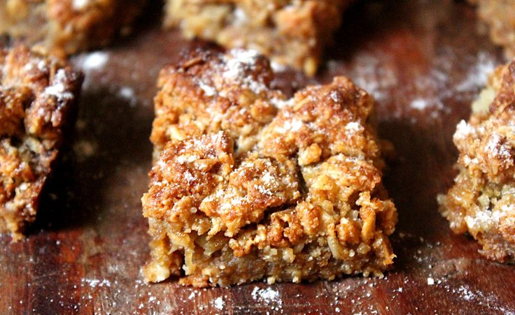 Apple Crumble Bars. Gluten free, dairy free and vegan. Recipe on www.thelittlegreenspoon.com