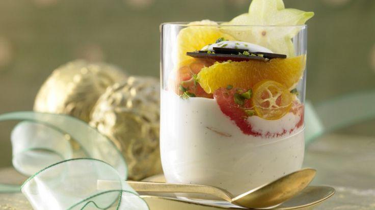 Fruchtig-leichtes Highlight für ein festliches Feiertagsmenü: Feiner Zitrussalat auf Joghurt-Vanille-Creme | http://eatsmarter.de/rezepte/feiner-zitrussalat
