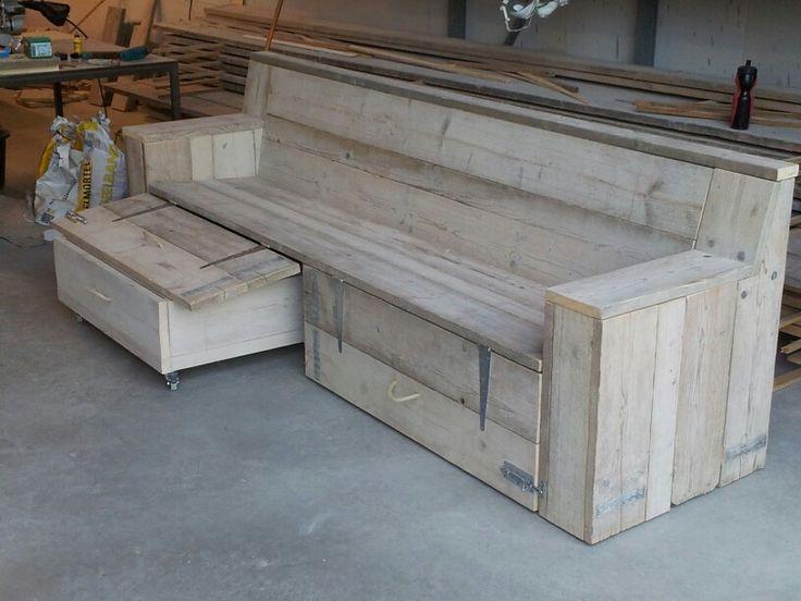 Loungebank.met hocker(s), welke op te bergen zijn onder de bank.  Volledige set gemaakt van gebruikt steigerhout.  Al onze meubels worden standaard geschuurd(splintervrij) afgeverd. Elke afmeting en kleur leverbaar. Bekijk het volledig portfolio via:  www.facebook.com/DeJongVintageDesign of vraag vrijblijvend een offerte aan via DeJongVintageDesign@Gmail.com