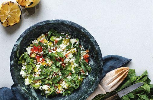 Arabisk salat med blomkål og solmodne tomater