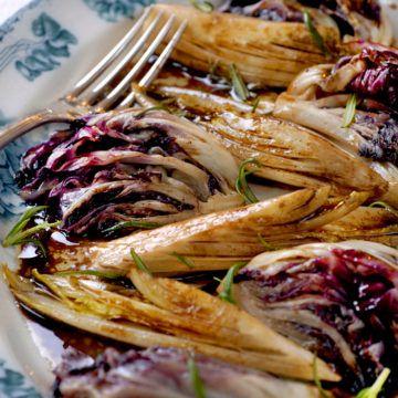 Varm sallad på endiver och rosésallad - Recept - Tasteline.com