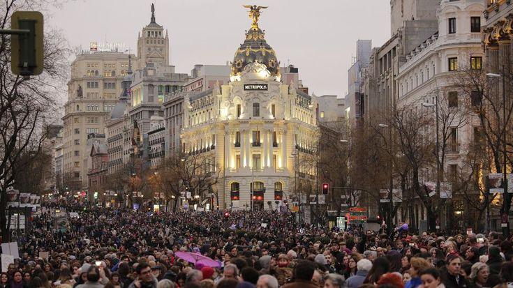 La gran manifestación del 8M, vista desde el punto que una la calle Alcalá con la Gran Vía de Madrid / Olmo Calvo - Madrid (8 març 2018)