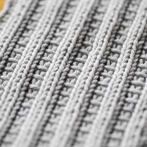 Vain yksi neulomatta nostettu silmukka muuttaa tutun joustinneuleen koristeelliseksi. Kokeile koristejoustinta sukanvarsiin, pipoon tai kuvioi...